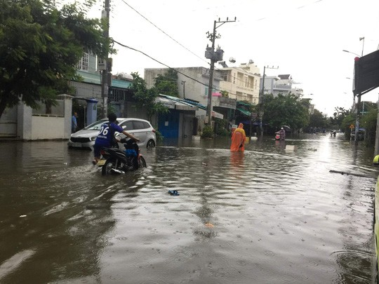 Nha Trang chìm trong biển nước, Quốc lộ 1 và đường sắt tắc nghẽn - Ảnh 5.