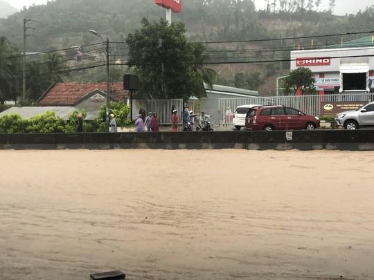 Nha Trang chìm trong biển nước, Quốc lộ 1 và đường sắt tắc nghẽn - Ảnh 6.