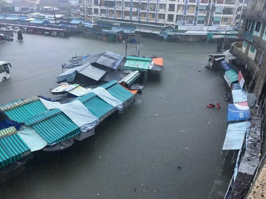 Nha Trang chìm trong biển nước, Quốc lộ 1 và đường sắt tắc nghẽn - Ảnh 8.