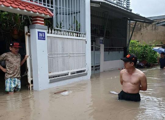 Nha Trang chìm trong biển nước, Quốc lộ 1 và đường sắt tắc nghẽn - Ảnh 9.