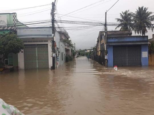 Nha Trang chìm trong biển nước, Quốc lộ 1 và đường sắt tắc nghẽn - Ảnh 10.