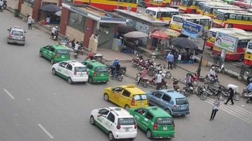 """Taxi Hà Nội sẽ có """"màu áo"""" riêng, taxi """"dù"""" hết đường sống? - Ảnh 1."""