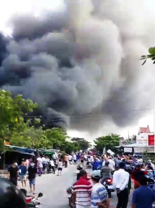 Đang cháy dữ dội ở gần cầu Mỹ Thuận - Ảnh 1.