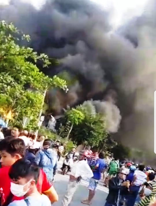 Đang cháy dữ dội ở gần cầu Mỹ Thuận - Ảnh 2.