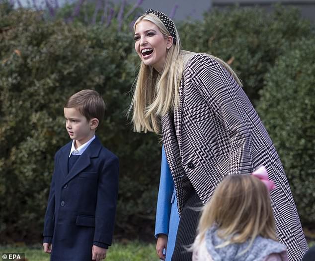 Con trai út tổng thống Trump gây sốt trên truyền thông vì vẻ đẹp trai lạnh lùng trong bức ảnh gia đình mới nhất - Ảnh 6.