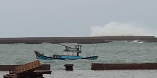 Thót tim với sóng cao ngất đập vào Phú Quý trước khi bão số 9 vào - Ảnh 4.