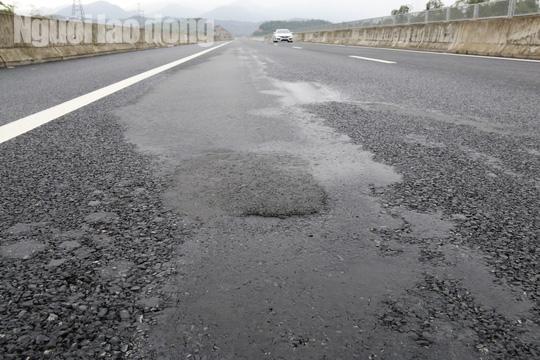 Cận cảnh hằn lún trên đường cao tốc Đà Nẵng – Quảng Ngãi - Ảnh 1.