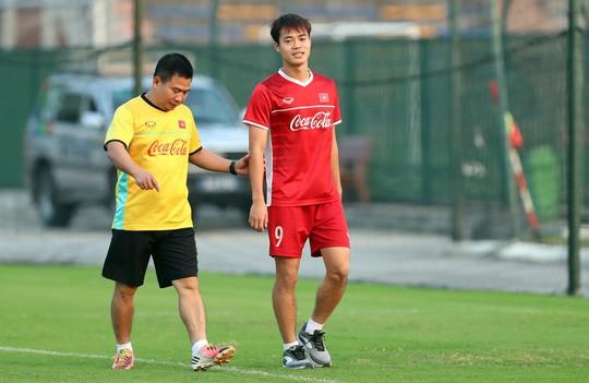 Văn Toàn bất ngờ xuất hiện trong buổi tập của tuyển Việt Nam - Ảnh 1.