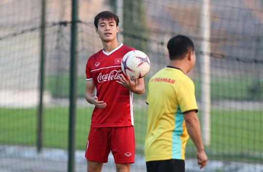Văn Toàn bất ngờ xuất hiện trong buổi tập của tuyển Việt Nam - Ảnh 3.