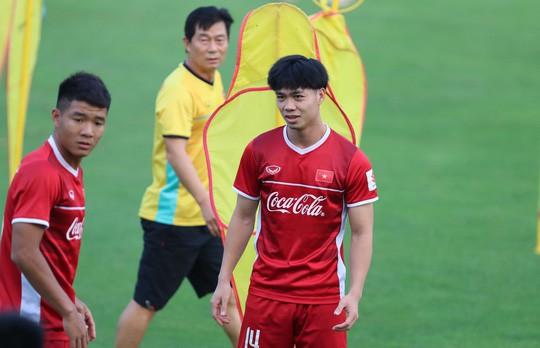 Văn Toàn bất ngờ xuất hiện trong buổi tập của tuyển Việt Nam - Ảnh 5.