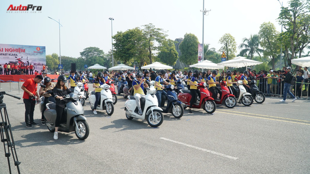 Loạt xe máy điện thông minh VinFast chạy thử tại Hà Nội ngay sau khi ra mắt - Ảnh 8.