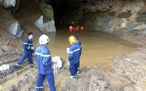 Sập mỏ vàng ở Hòa Bình: Chưa tìm được 2 người mắc kẹt trong hang - Ảnh 1.