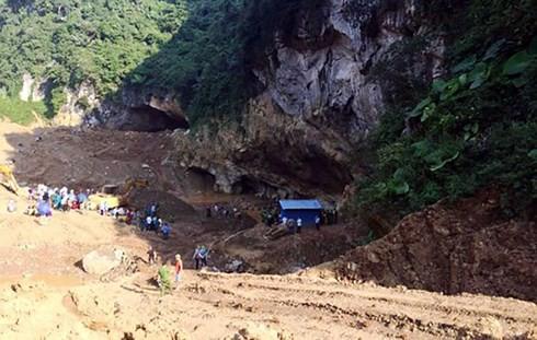 Sập mỏ vàng ở Hòa Bình: Chưa tìm được 2 người mắc kẹt trong hang - Ảnh 2.