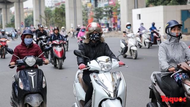 Hình ảnh người dân Hà Nội đón gió lạnh, kẻ đông người hè xuất hiện trên phố  - Ảnh 2.