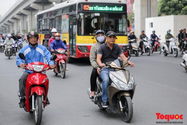 Hình ảnh người dân Hà Nội đón gió lạnh, kẻ đông người hè xuất hiện trên phố  - Ảnh 5.