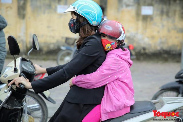 Hình ảnh người dân Hà Nội đón gió lạnh, kẻ đông người hè xuất hiện trên phố  - Ảnh 7.