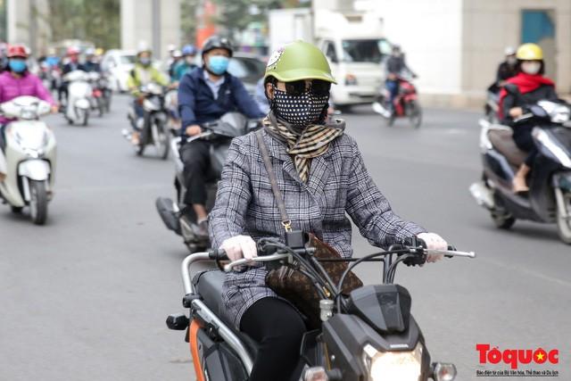 Hình ảnh người dân Hà Nội đón gió lạnh, kẻ đông người hè xuất hiện trên phố  - Ảnh 9.