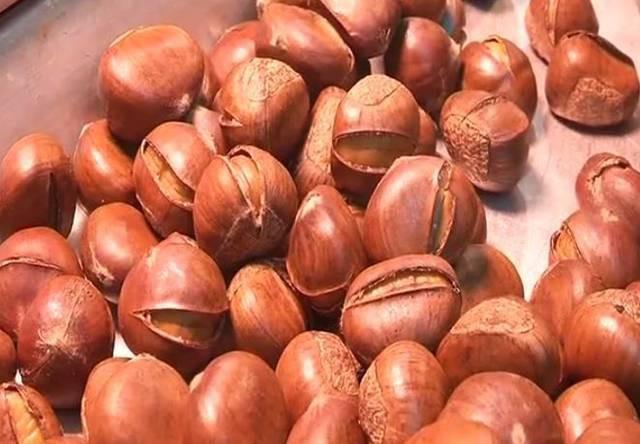 Cô gái bị chảy máu dạ dày vì ăn hạt dẻ: Bác sĩ cảnh báo hạt dẻ ngon nhưng khi ăn cần nhớ điều này - Ảnh 1.