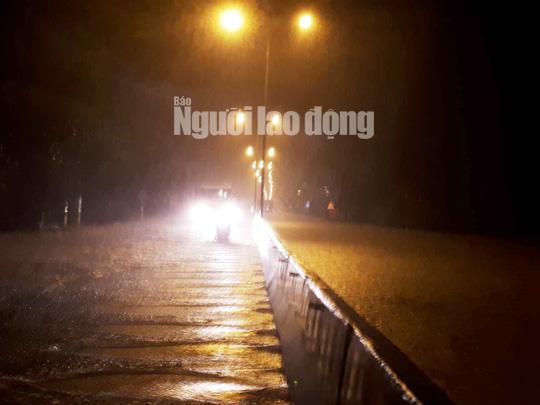 Mưa không ngừng nghỉ, Quốc lộ 1 qua Quảng Nam gần như tê liệt - Ảnh 2.