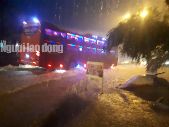 Mưa không ngừng nghỉ, Quốc lộ 1 qua Quảng Nam gần như tê liệt - Ảnh 7.