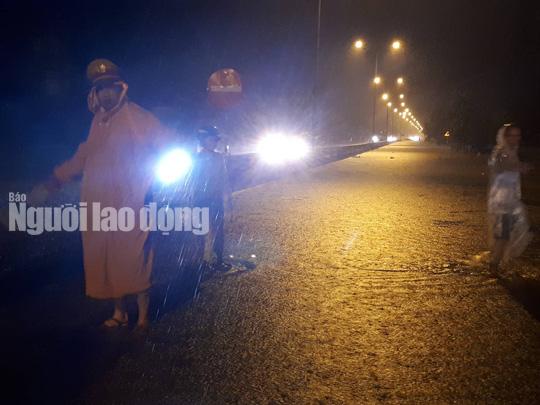 Mưa không ngừng nghỉ, Quốc lộ 1 qua Quảng Nam gần như tê liệt - Ảnh 8.