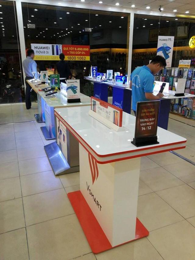 Lộ ảnh khu trải nghiệm điện thoại Vsmart của tỷ phú Phạm Nhật Vượng tại các hệ thống bán lẻ - Ảnh 2.