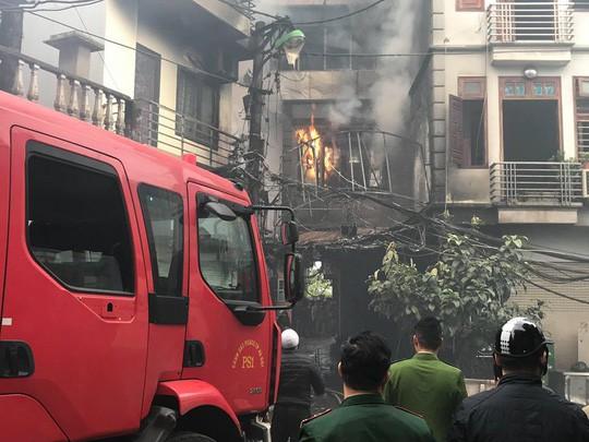 Cháy lớn quán karaoke trong ngõ hẹp ở Hà Nội - Ảnh 1.