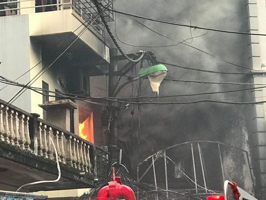Cháy lớn quán karaoke trong ngõ hẹp ở Hà Nội - Ảnh 6.