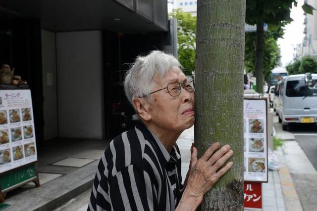 Hệ thống tài chính Nhật Bản đối mặt khủng hoảng nghiêm trọng vì quá nhiều người dân mắc bệnh... lú lẫn - Ảnh 2.