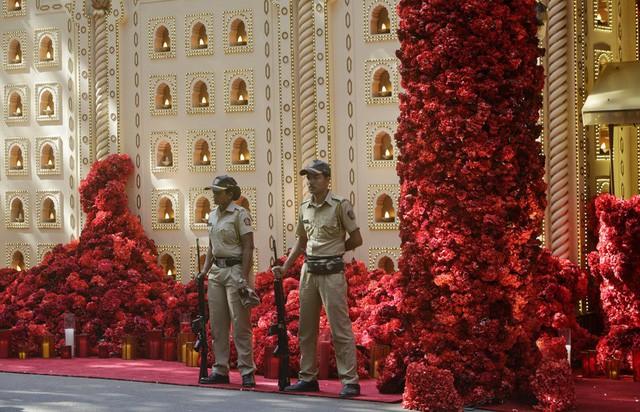 Khoảng cách giàu nghèo nghiệt ngã tại Ấn Độ nhìn từ đám cưới 100 triệu USD, kéo dài hàng tuần của con gái tỷ phú - Ảnh 2.