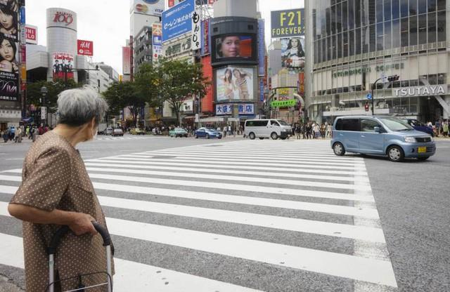 Hệ thống tài chính Nhật Bản đối mặt khủng hoảng nghiêm trọng vì quá nhiều người dân mắc bệnh... lú lẫn - Ảnh 3.
