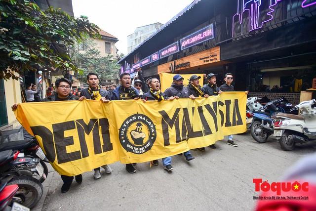 Ultra Malaysia diễu hành dương oai khắp Hà Nội, tiến về chảo lửa Mỹ Đình - Ảnh 1.