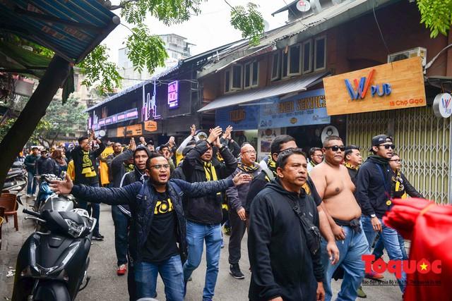 Ultra Malaysia diễu hành dương oai khắp Hà Nội, tiến về chảo lửa Mỹ Đình - Ảnh 2.