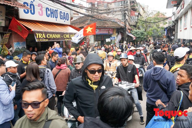 Ultra Malaysia diễu hành dương oai khắp Hà Nội, tiến về chảo lửa Mỹ Đình - Ảnh 3.