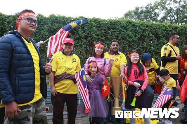 Ảnh: CĐV Malaysia liên tục nói thank you so much khi tới sân Mỹ Đình, chụp ảnh với CĐV Việt Nam như người nhà - Ảnh 3.