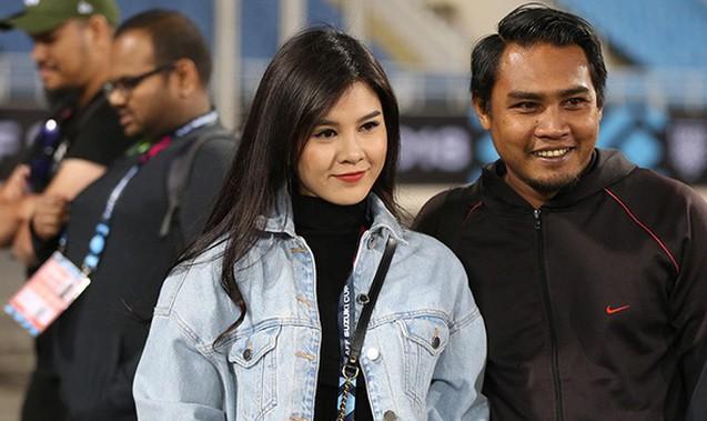 Bóng hồng xinh đẹp xuất hiện tại buổi tập của Việt Nam và Malaysia, phóng viên nước bạn thi nhau xin chụp hình - Ảnh 4.