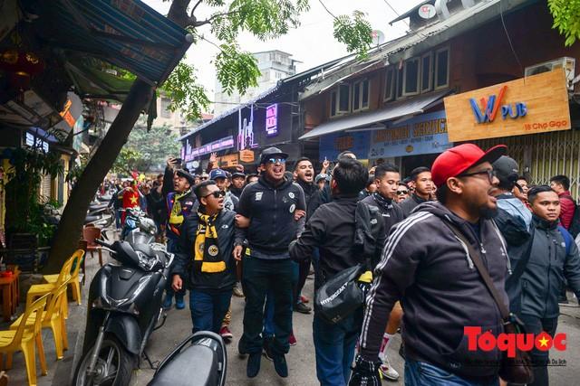 Ultra Malaysia diễu hành dương oai khắp Hà Nội, tiến về chảo lửa Mỹ Đình - Ảnh 4.