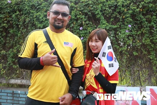 Ảnh: CĐV Malaysia liên tục nói thank you so much khi tới sân Mỹ Đình, chụp ảnh với CĐV Việt Nam như người nhà - Ảnh 4.