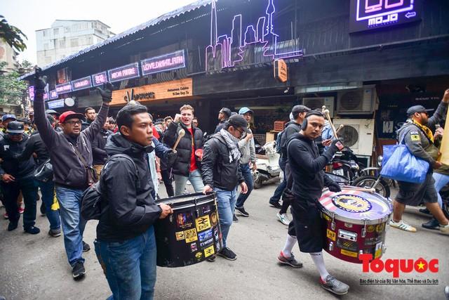 Ultra Malaysia diễu hành dương oai khắp Hà Nội, tiến về chảo lửa Mỹ Đình - Ảnh 6.