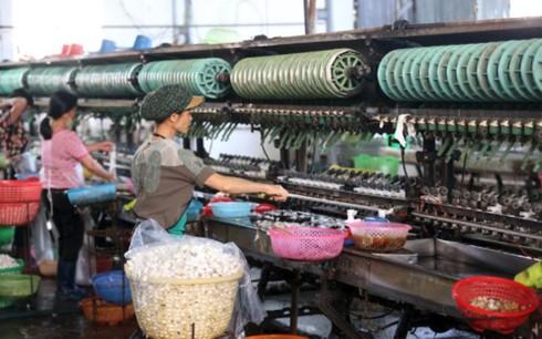Forbes: Việt Nam hưởng lợi lớn từ cuộc chiến thương mại Mỹ-Trung - Ảnh 1.