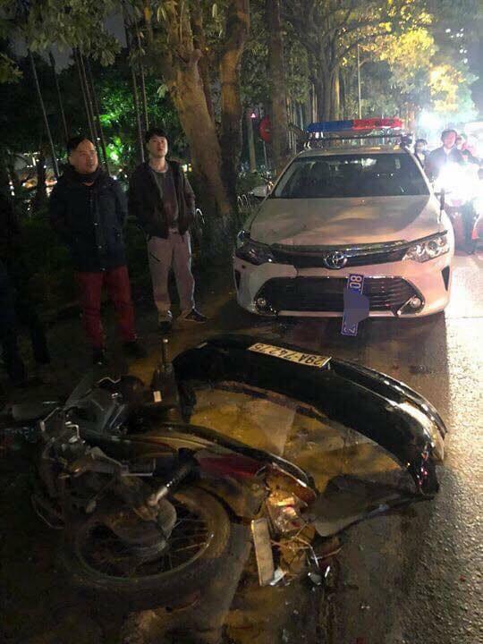 Xe điên Lexus đâm rụng biển số xe CSGT, hàng chục xe máy khác nằm la liệt - Ảnh 2.