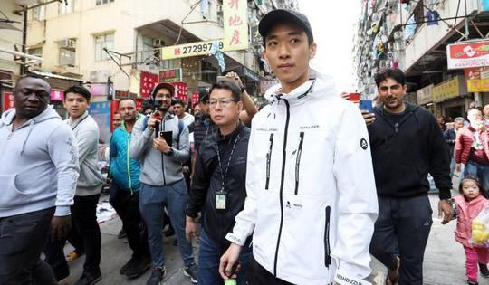 """Hồng Kông: Người rải mưa tiền trở lại, """"lợi hại"""" hơn xưa - Ảnh 1."""