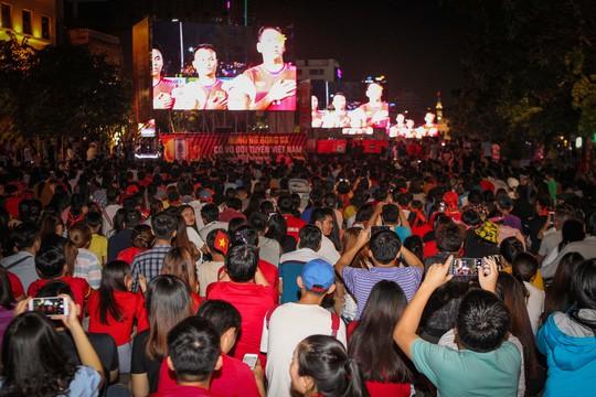 CĐV tại TP HCM đốt pháo sáng ăn mừng chiến thắng của tuyển Việt Nam - Ảnh 1.