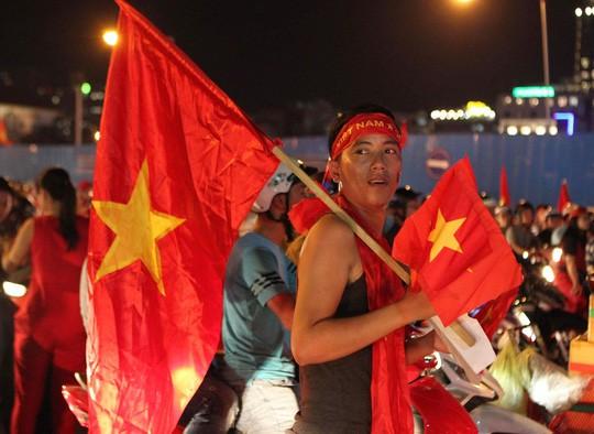 CĐV tại TP HCM đốt pháo sáng ăn mừng chiến thắng của tuyển Việt Nam - Ảnh 13.