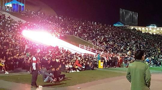 CĐV tại TP HCM đốt pháo sáng ăn mừng chiến thắng của tuyển Việt Nam - Ảnh 17.