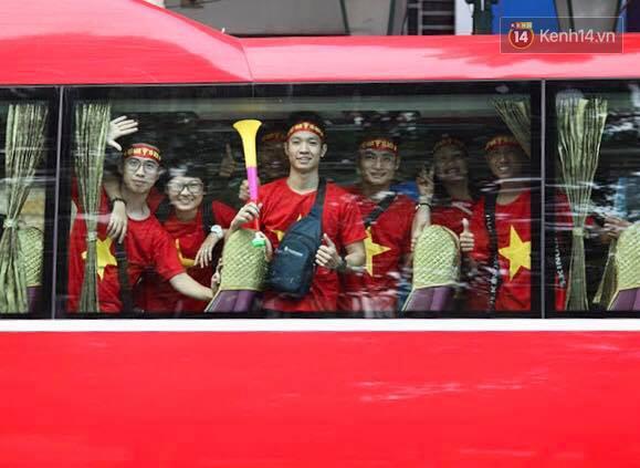 """Dàn hotgirl cùng hàng trăm CĐV Việt """"nhuộm đỏ"""" sân bay trước khi sang Philippines """"tiếp lửa"""" thầy trò HLV Park Hang Seo - Ảnh 20."""