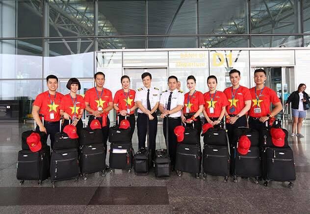 """Dàn hotgirl cùng hàng trăm CĐV Việt """"nhuộm đỏ"""" sân bay trước khi sang Philippines """"tiếp lửa"""" thầy trò HLV Park Hang Seo - Ảnh 21."""