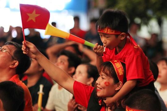 CĐV tại TP HCM đốt pháo sáng ăn mừng chiến thắng của tuyển Việt Nam - Ảnh 8.