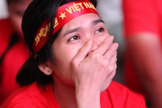 CĐV tại TP HCM đốt pháo sáng ăn mừng chiến thắng của tuyển Việt Nam - Ảnh 9.