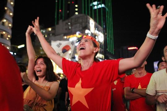 CĐV tại TP HCM đốt pháo sáng ăn mừng chiến thắng của tuyển Việt Nam - Ảnh 10.